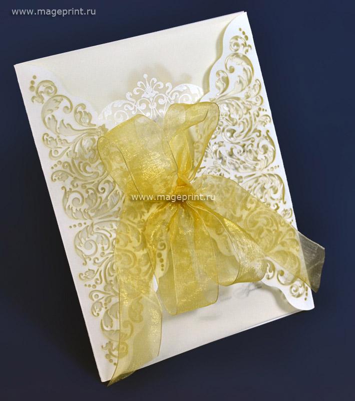свадебное приглашение с золотым бантом и применением лазерной резки