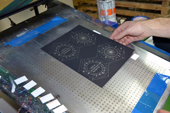 Серебряная краска на черной бумаге.